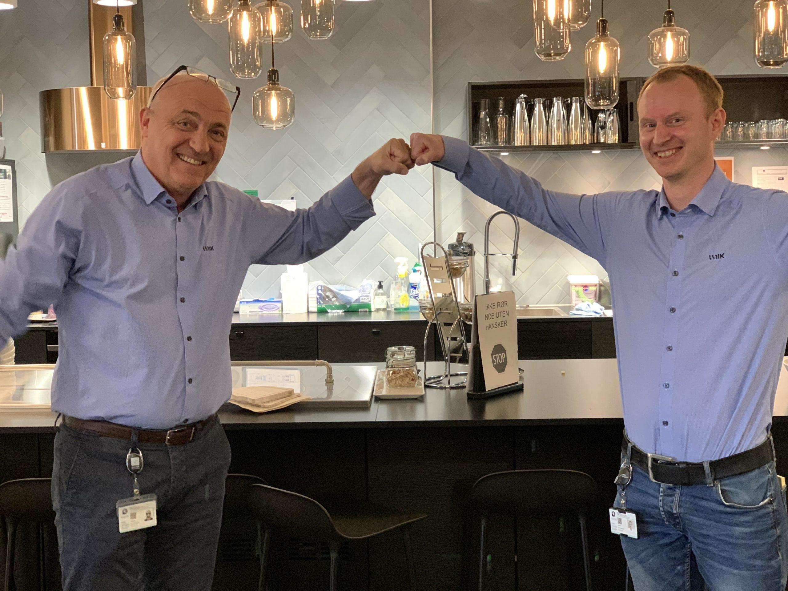 Helge og Christer feirer signering av kontrakt med Ortuvann borettslag